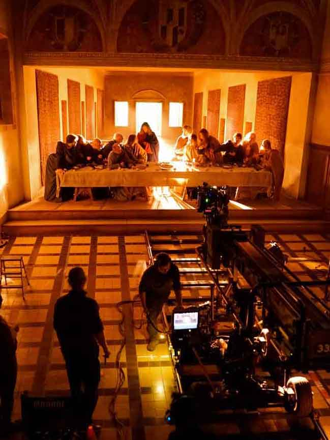 "Long view of ""The Living Tableau"" set, an exact replica of Leonardo's master painting, with the actors in place. <span style=""""font-size: 9px;"""">© AFA vzw</span>"